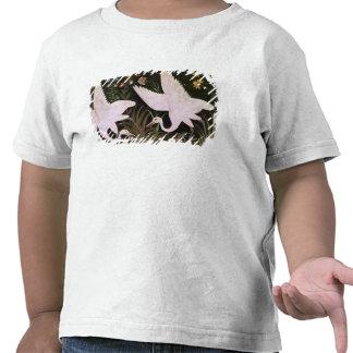 Dos grúas al borde de una charca camiseta