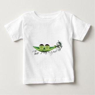 Dos guisantes en gemelos de un muchacho de la tee shirt
