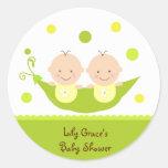 Dos guisantes en una fiesta de bienvenida al bebé etiqueta redonda