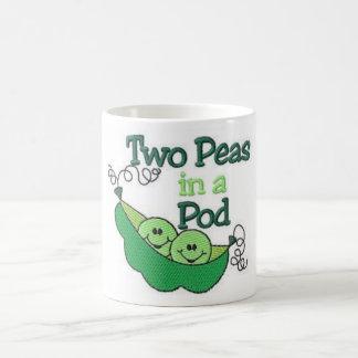 Dos guisantes en una vaina taza básica blanca