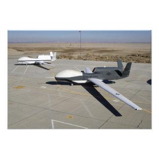 Dos halcones globales parqueados en una rampa fotografía