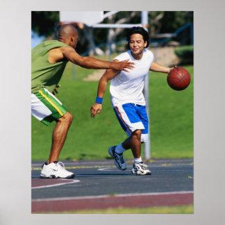 Dos hombres jovenes que juegan a baloncesto póster