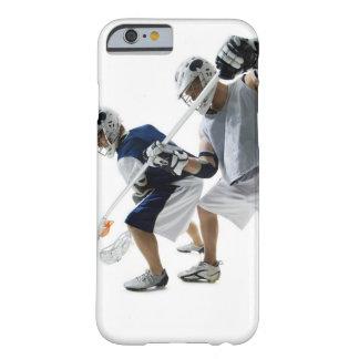 Dos hombres jovenes que juegan a lacrosse funda barely there iPhone 6