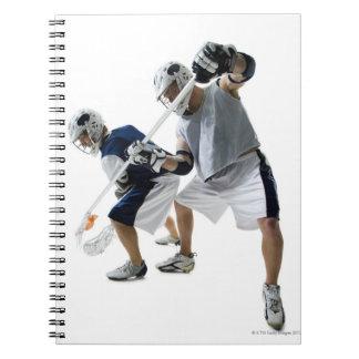 Dos hombres jovenes que juegan a lacrosse libreta