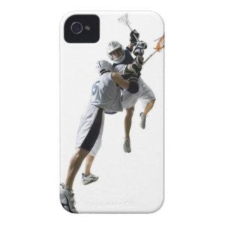 Dos hombres jovenes que juegan al lacrosse 2 carcasa para iPhone 4 de Case-Mate