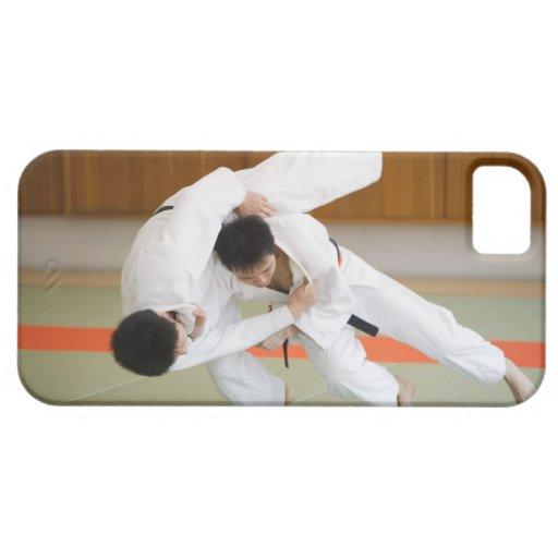 Dos hombres que compiten en un partido 2 del judo iPhone 5 protectores