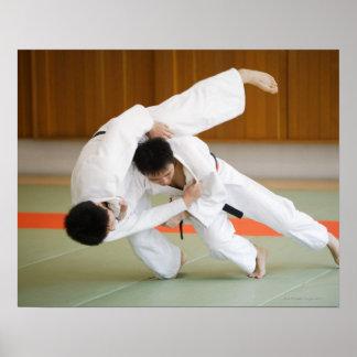 Dos hombres que compiten en un partido 2 del judo poster