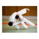 Dos hombres que compiten en un partido 2 del judo postal