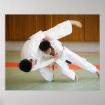 Dos hombres que compiten en un partido 2 del judo póster