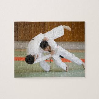 Dos hombres que compiten en un partido 2 del judo puzzles con fotos