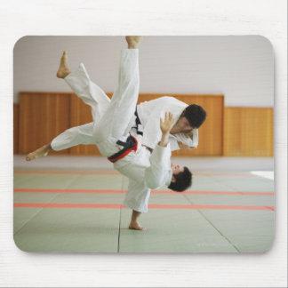 Dos hombres que compiten en un partido 3 del judo mousepad