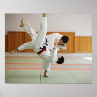 Dos hombres que compiten en un partido 3 del judo póster