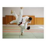 Dos hombres que compiten en un partido 3 del judo postal