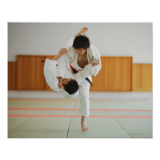 Dos hombres que compiten en un partido del judo posters