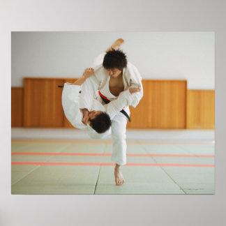 Dos hombres que compiten en un partido del judo póster
