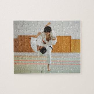 Dos hombres que compiten en un partido del judo puzzles con fotos