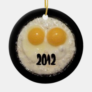 Dos huevos en el ornamento del sartén del arrabio adorno para reyes