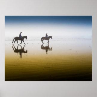 Dos jinetes ecuestres en la playa poster