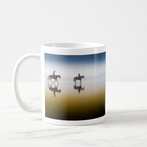Dos jinetes ecuestres en la playa taza de café
