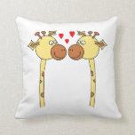 Dos jirafas con los corazones rojos del amor. Dibu Almohada