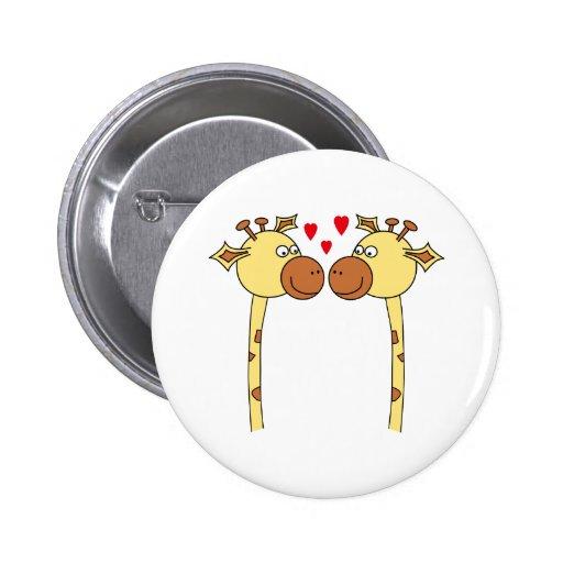 Dos jirafas con los corazones rojos del amor. Dibu Pin Redondo 5 Cm