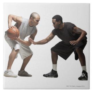 Dos jugadores de básquet 2 azulejo cuadrado grande