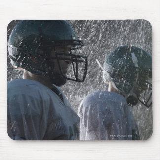 Dos jugadores de fútbol americano en la lluvia, vi tapetes de ratones