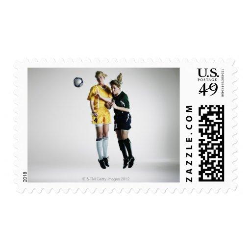 Dos jugadores de fútbol de sexo femenino en el sello