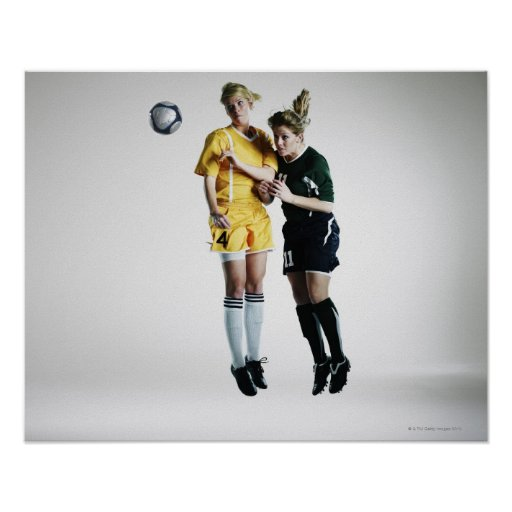 Dos jugadores de fútbol de sexo femenino en el tít poster