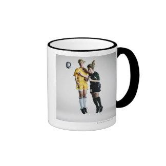 Dos jugadores de fútbol de sexo femenino en el tít tazas de café
