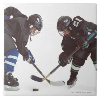 dos jugadores de hockey caucásicos que llevan la azulejo cuadrado grande
