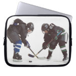 dos jugadores de hockey caucásicos que llevan la fundas ordendadores