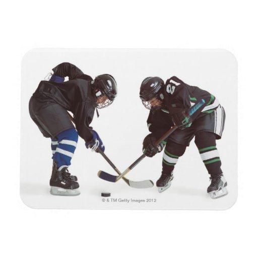 dos jugadores de hockey caucásicos que llevan la imán rectangular