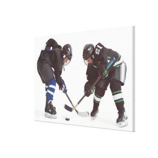 dos jugadores de hockey caucásicos que llevan la impresión en lienzo