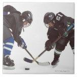 dos jugadores de hockey caucásicos que llevan la o azulejo cuadrado grande