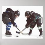 dos jugadores de hockey caucásicos que llevan la o impresiones