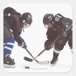 dos jugadores de hockey caucásicos que llevan la o etiqueta