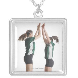 dos jugadores de voleibol femeninos caucásicos del pendiente