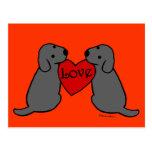Dos Labradors negro con el dibujo animado del amor Tarjetas Postales