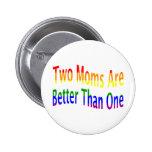 Dos mamáes mejoran (el arco iris) pin redondo de 2 pulgadas