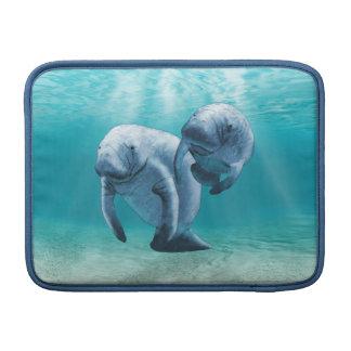 Dos Manatees que nadan Fundas MacBook