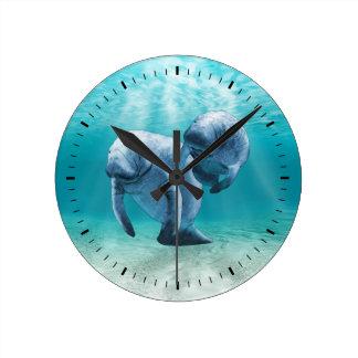 Dos Manatees que nadan Reloj Redondo Mediano