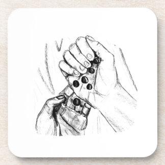Dos manos con los mármoles que vierten bosquejo de posavasos de bebidas