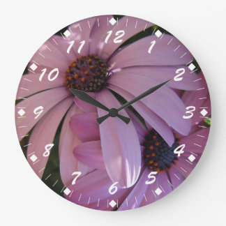 Dos margaritas púrpuras relojes de pared