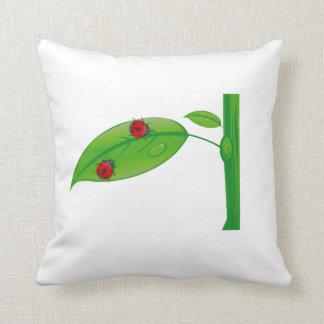 Dos mariquitas en el eco verde design.png del tron cojin