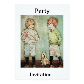 Dos muchachos con una invitación del fiesta del