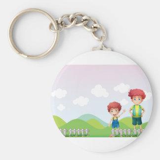 Dos muchachos en la granja llavero redondo tipo pin
