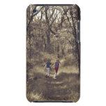Dos muchachos en una trayectoria de bosque Case-Mate iPod touch fundas