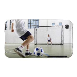 Dos muchachos, envejecidos 8-9, jugando a fútbol e iPhone 3 Case-Mate coberturas