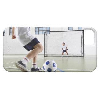 Dos muchachos, envejecidos 8-9, jugando a fútbol e iPhone 5 Case-Mate protectores